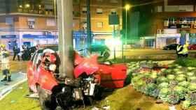 El coche chocó con gran violencia contra un poste; todo apunta a que iba a gran velocidad.