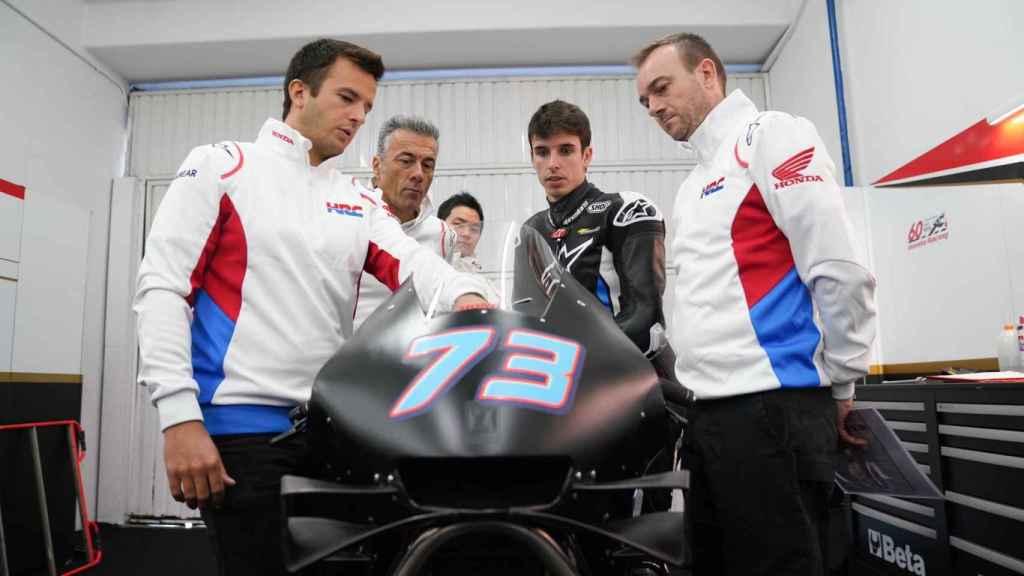 Álex Márquez recibe las indicaciones de los técnicos del equipo LCR Honda.