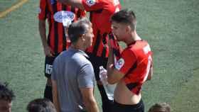 Manolo Alfaro charla con Paco Tomás durante un partido del Azuqueca