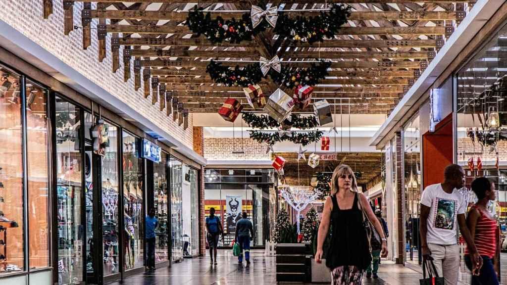 Imagen de archivo de un centro comercial en Navidad.