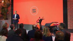 Luca de Meo, presidente de Seat, junto con la nueva motocicleta de la marca.
