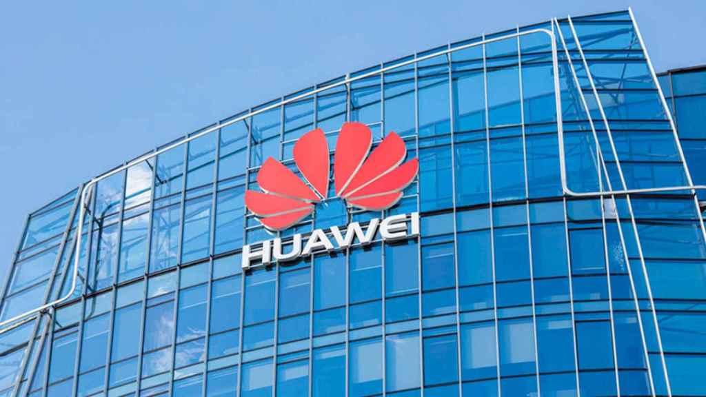 Logo de Huawei en un edificio.