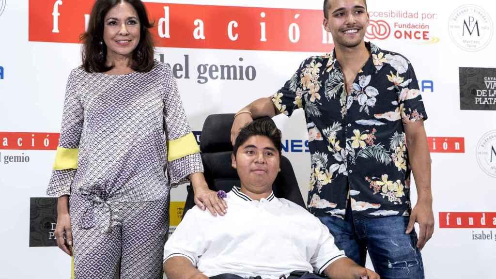 Isabel Gemio junto a sus hijos el pasado mes de mayo en un acto.