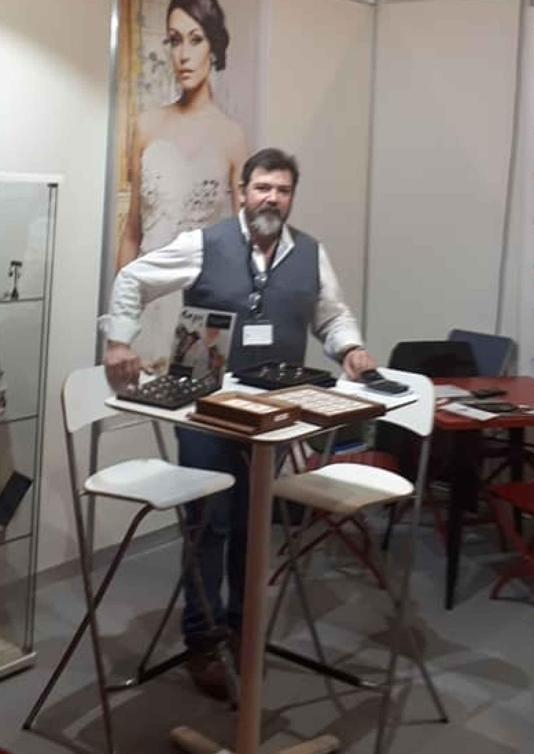 Jaime Lacaba, joyero artesano, en su local del Palacio de Congreso de Sevilla.