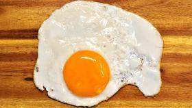 Un huevo frito con la yema naranja.