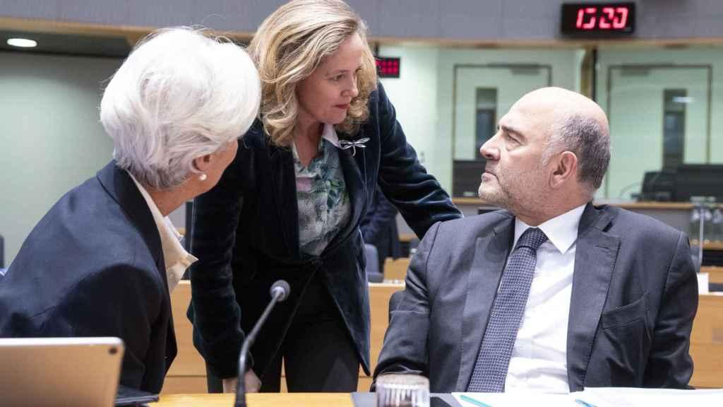 Nadia Calviño conversa con Pierre Moscovici y Christine Lagarde durante el último Eurogrupo