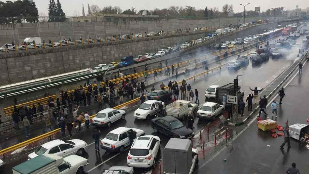 Manifestación en una autopista de Teherán en protesta por la subida del combustible