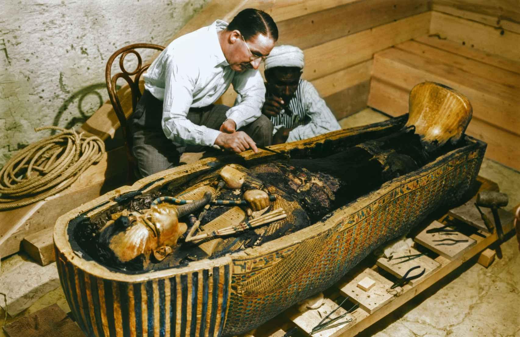 Howard Carter examinando el tercer ataúd de Tutankamón, el de oro macizo.