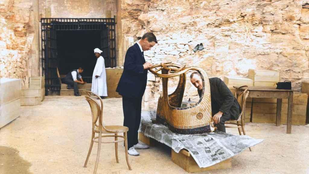 Los conservadores Arthur Mace y Alfred Lucas restaurando el carro dorado del faraón Tutankamón.
