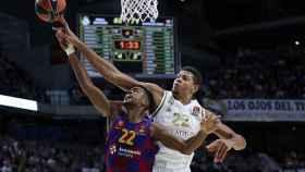 Tavares tapona a Higgins durante un partido de Euroliga entre el Real Madrid y el Barcelona