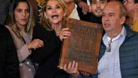 Jeanine Áñez tomando posesión con una Biblia gigante.