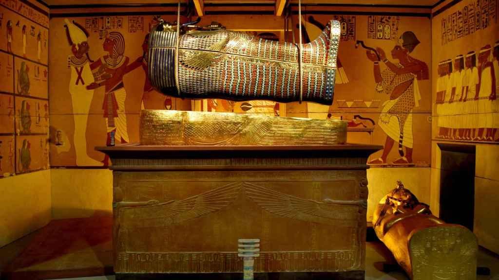 Reconstrucción de la extracción del ataúd central de Tutankamón.