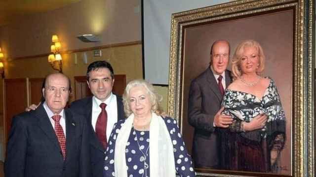 Chiquito de la Calzada junto al pintor Antonio Montiel y su mujer, Pepita.