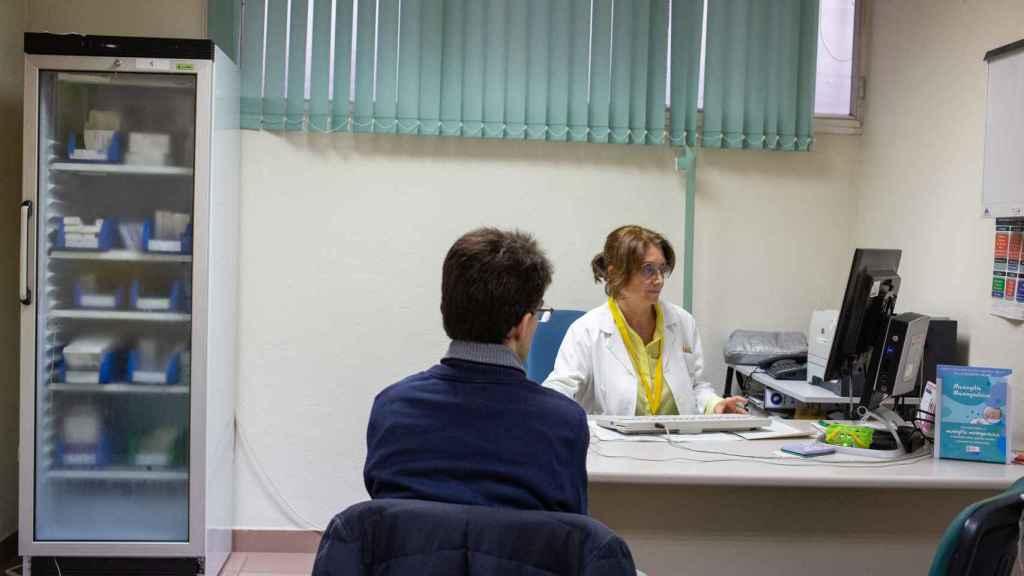 María Luisa, 63 años. Se puede jubilar en un año porque tiene más de 35 años trabajados. Lleva desde 1985 de pediatra.