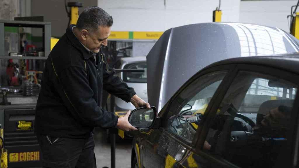 José María comprueba el retrovisor del coche.