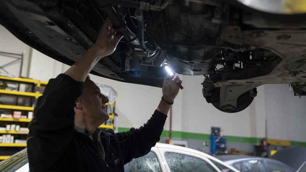 José María revisa si el motor pierde aceite.