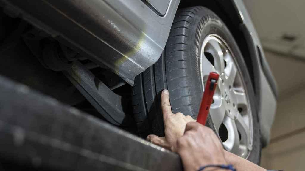 José María señala el testigo que marca si una rueda está o no desgastada.