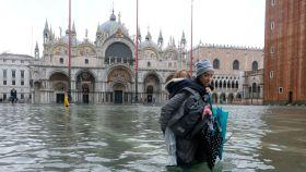 Una mujer y un niño tratan de avanzar por la inundada Plaza de San Marcos, en Venecia, este noviembre.