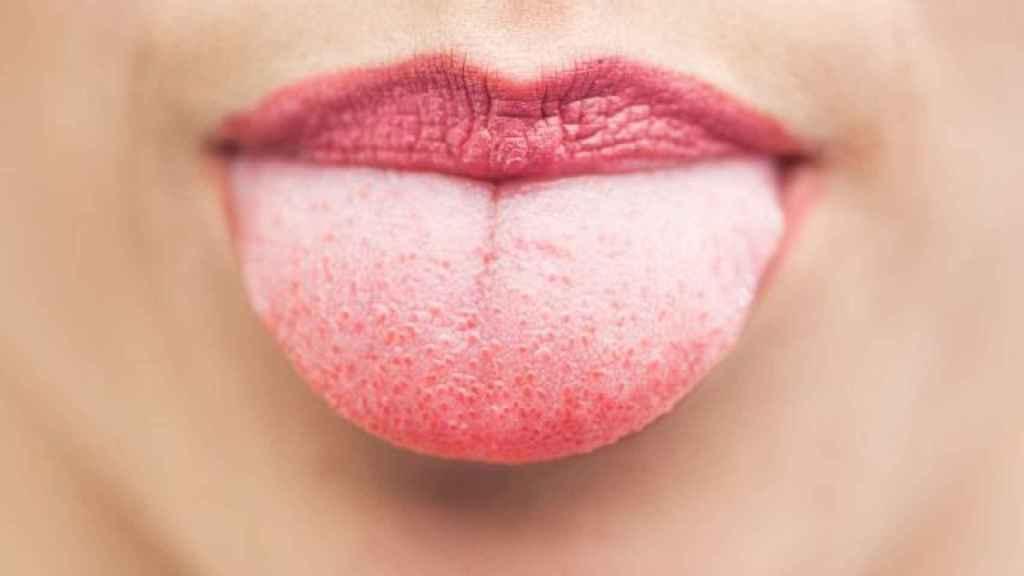 Una joven sacando la lengua.