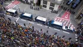 Una concentración de independentistas ante la jefatura superior de Policía de Cataluña.