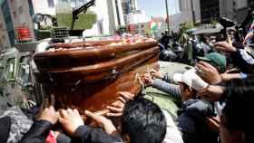 La Policía reprime a los manifestación de una marcha en Bolivia que portaban ataúdes de sus compañeros
