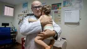 El pediatra Juan Ruiz-Canela atendiendo a un paciente en su centro de salud.