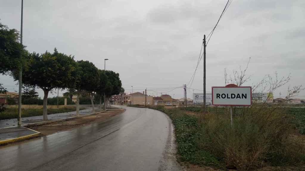 Cartel que anuncia a los forasteros que están en Roldán, una pedanía perteneciente al término municipal de Torre Pacheco.