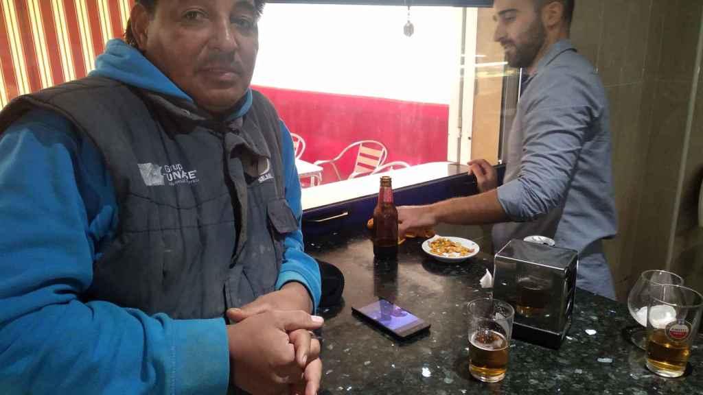 Cléber y Antonio, del Bar El Puertas de Roldán, comentando la denuncia de Carlota por supuesta violación contra José María.