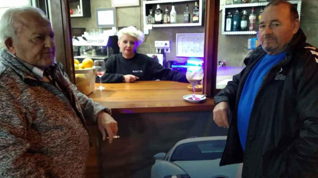 Francisco, Enma, y Antonio, en el Gastrobar Bugattis de Roldán, defendiendo la inocencia de José María, vecino de la pedanía pachequera que concursó en Gran Hermano.