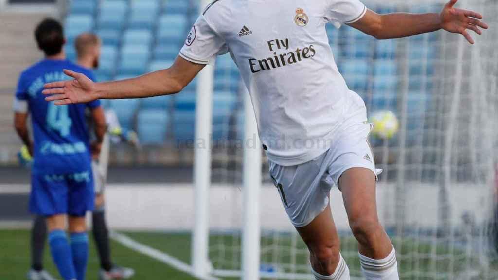 Pedro Ruiz celebra su gol con el Castilla ante el Oviedo B