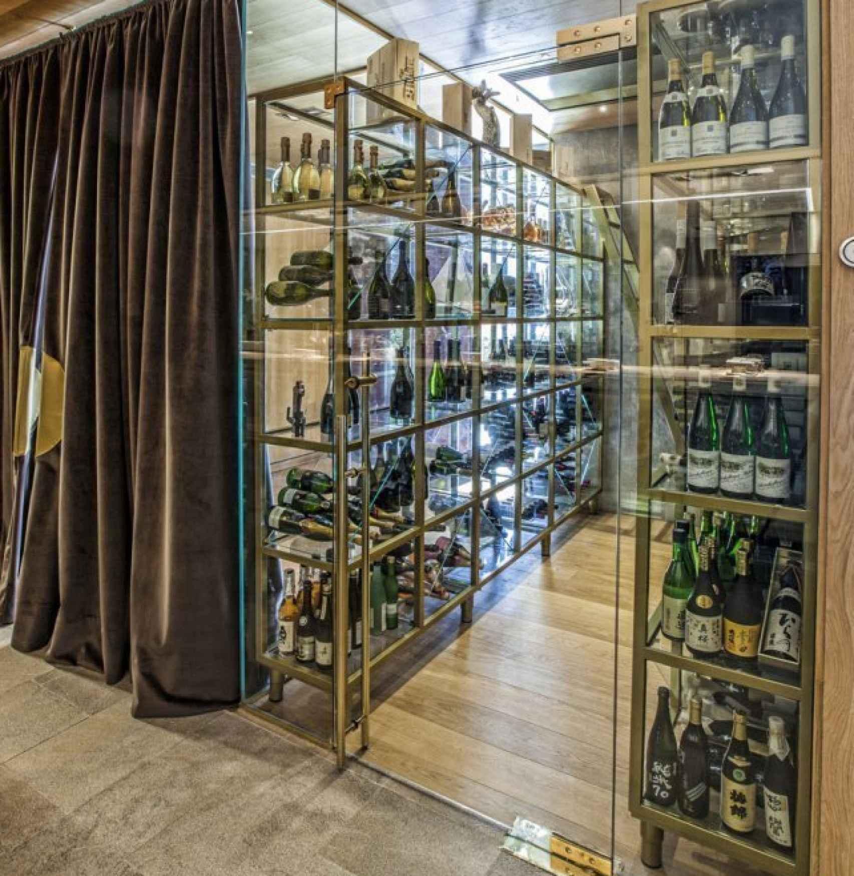La bodega de 99 KO sushi bar es una de las más valoradas de Madrid.