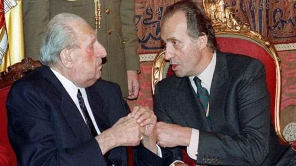El rey emérito Juan Carlos I, junto a su padre Don Juan de Borbón, fallecido en 1993.