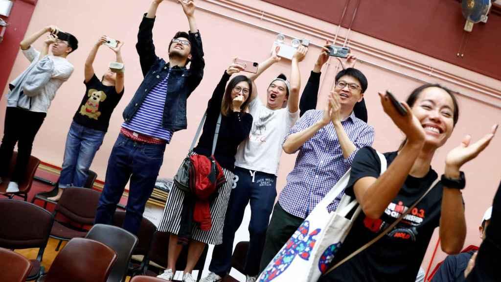 Candidatos del movimiento prodemocrático celebran los resultados electorales -al inicio del escrutinio-.