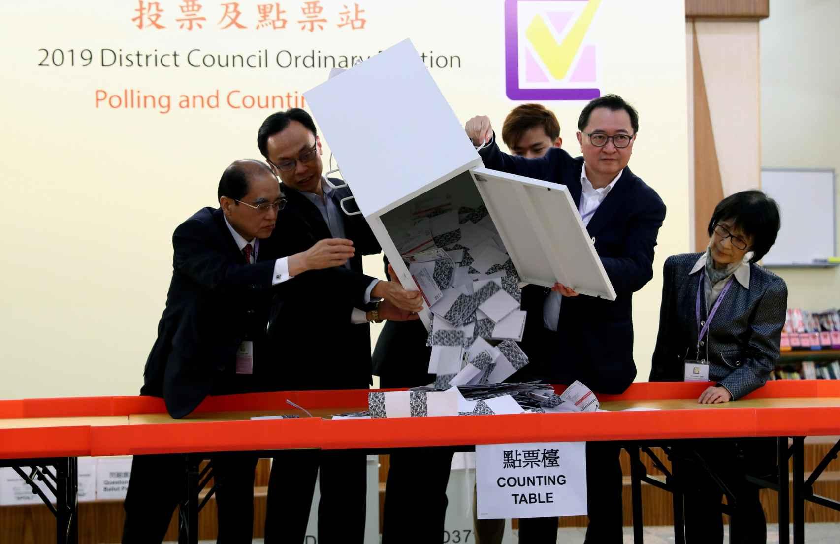 Comienzo del recuento electoral en uno de los centros.