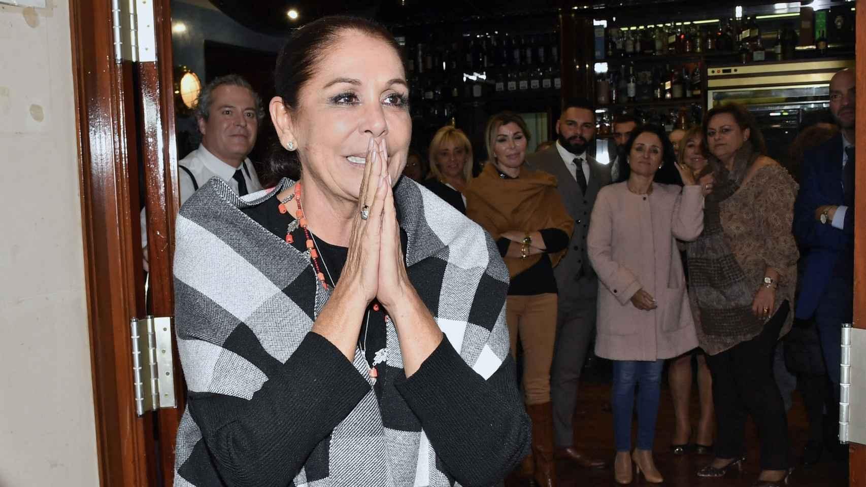 Isabel Pantoja se ha emocionado en la comida navideña con sus fans.