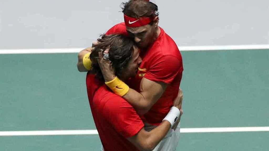 Nadal, abrazo a López tras la victoria en dobles.