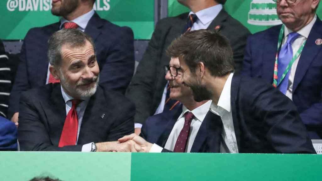 Gerard Piqué saluda a Felipe VI en el palco de la Copa Davis