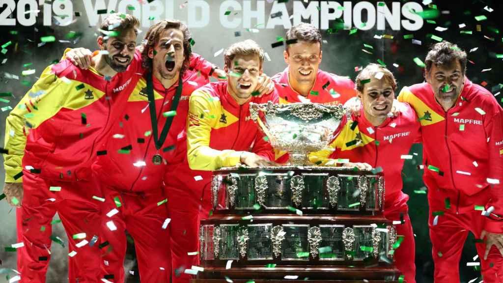 El equipo español de la Copa Davis celebra el título conseguido en Madrid.
