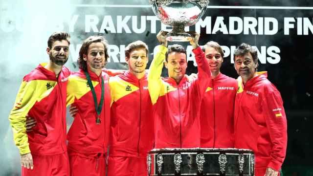 Roberto Bautista levanta la Copa Davis rodeado del equipo español