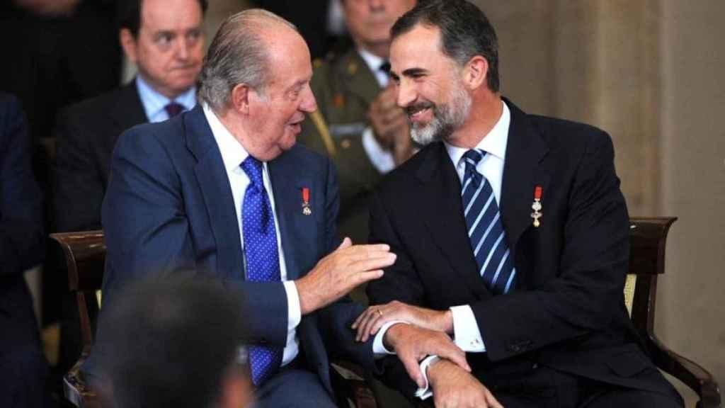 Juan Carlos I y su hijo Felipe VI conversan durante el XXX Aniversario de la firma del Tratado de Adhesión de España a las Comunidades Europeas.