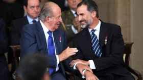Juan Carlos I y Felipe VI, durante el XXX Aniversario del Tratado de Adhesión de España a las Comunidades Europeas.