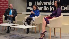 El rector de la UCJC, Emilio Lora-Tamayo D'Ocon; la ministra de Defensa en funciones, Margarita Robles; y la presidenta de THRibune y consejera de El Español, Cruz Sánchez de Lara.