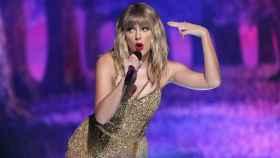 Taylor Swift canta durante la gala de los American Music Awards.