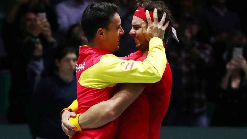 Nadal abraza a Bautista tras ganar la Ensaladera.