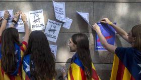 Estudiantes pegan carteles a favor de la independencia en la Universidad de Catalana el 1-O.