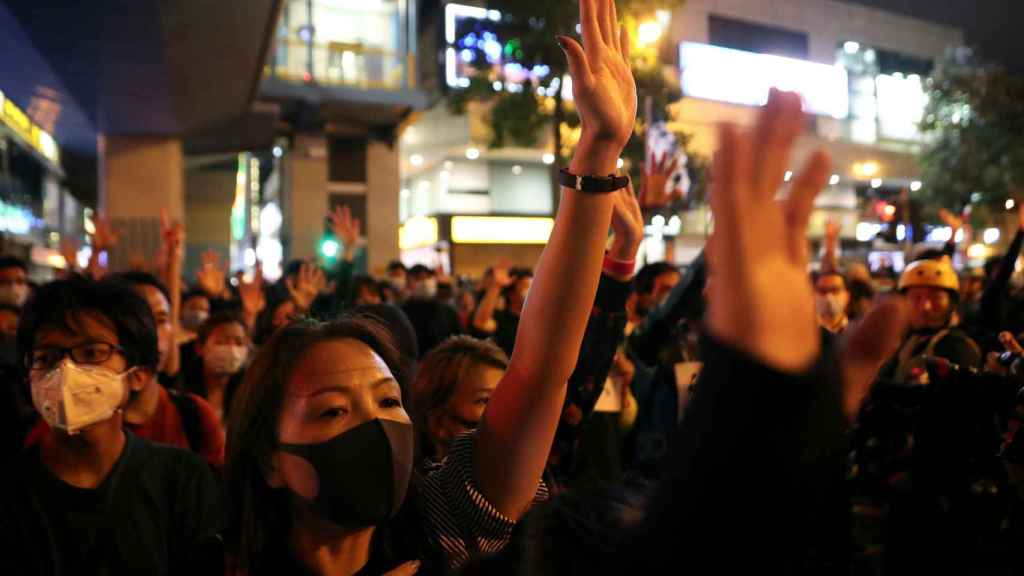 Los manifestantes prodemócratas alzan la mano en la Universidad Politécnica en Hong Kong.