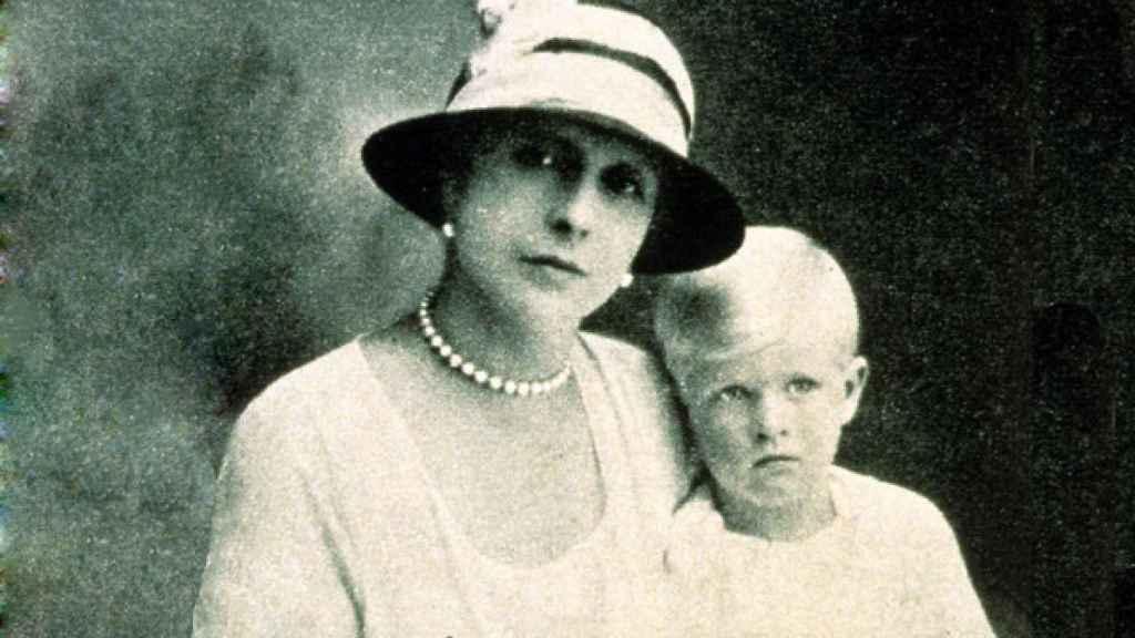 La princesa junto a su hijo Felipe de Edimburgo.