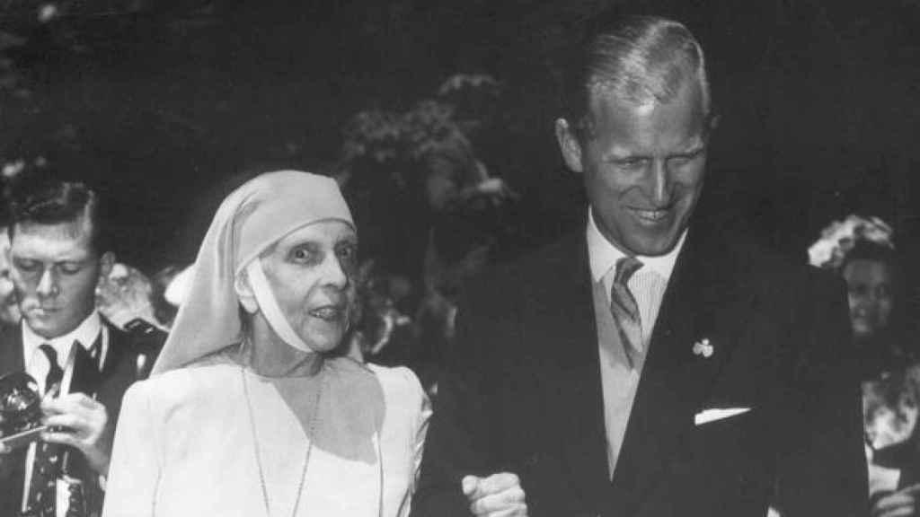 El Príncipe Felipe de Edimburgo con su madre la Princesa Alicia de Grecia.