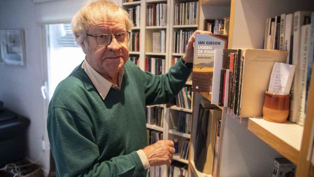 Ian Gibson en su casa de Madrid con un ejemplar de su cómic sobre Machado.