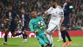 Keylor Navas bloquea un disparo de Karim Benzema